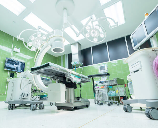 Praca w służbie zdrowia za granicą i w Polsce - Ile można zarobić?
